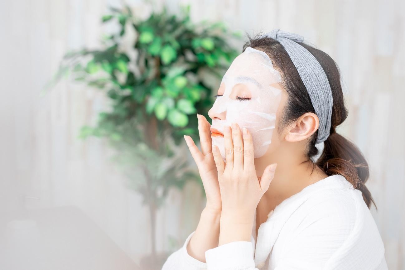 フェイスマスクでスペシャルケアをする女性